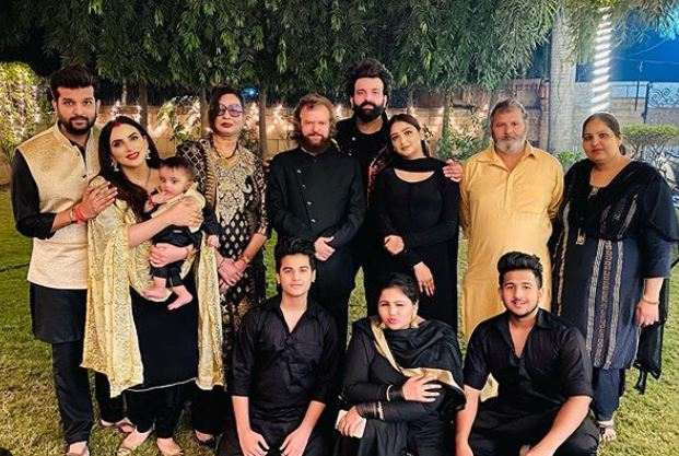 inside pic of yuvraj hans with hans family