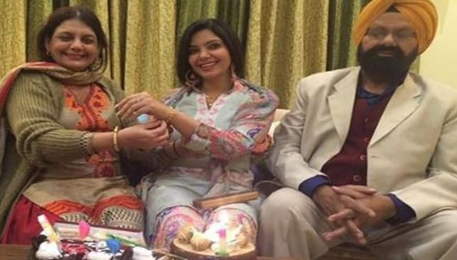 inside pic of satinder satti with mom dad