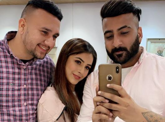 inside pic of shehnaaz with brothers