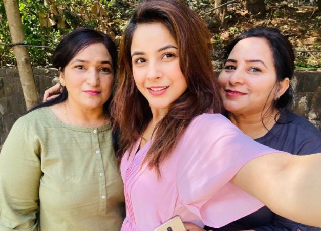image of shehnaaz gill with mother and massi