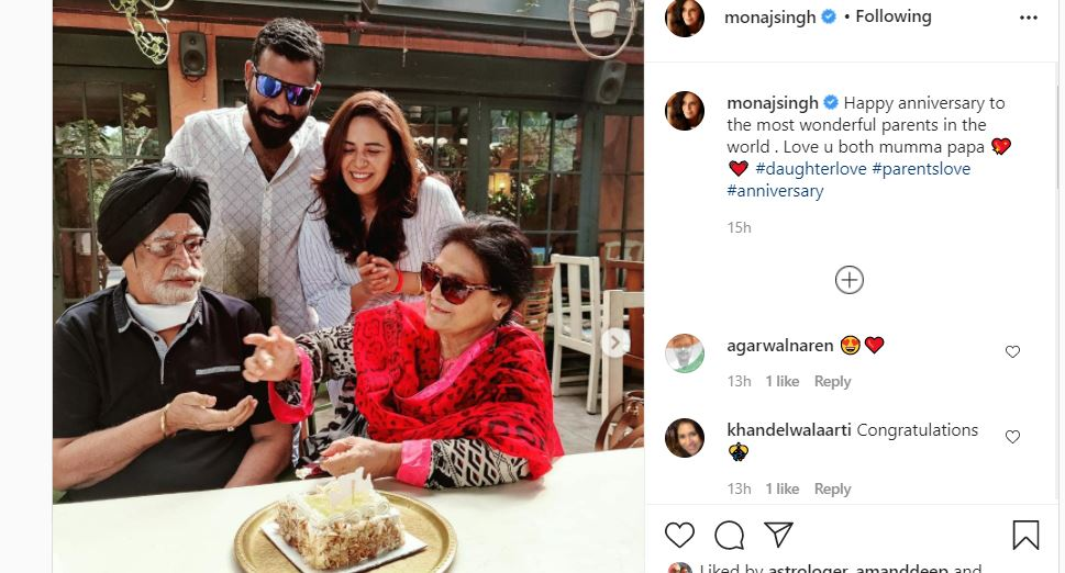 inside pic of mona singh with parents