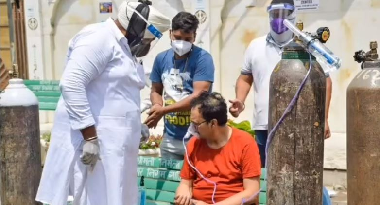 inside image of sikh man helping needy people with oxygen cylinders